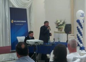 Participanţii la seminar sunt saltuţi de către Leonid Talmaci