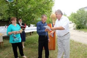 Nicanor Buzovoi înmânează diplome celor mai buni plugari din gospodărie