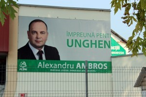 Bannerul instalat pe imobilul unei întreprinderi de la intrarea în oraș