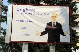De pe bannerul din centrul oraşului pe trecători îi salută Iurie Leancă