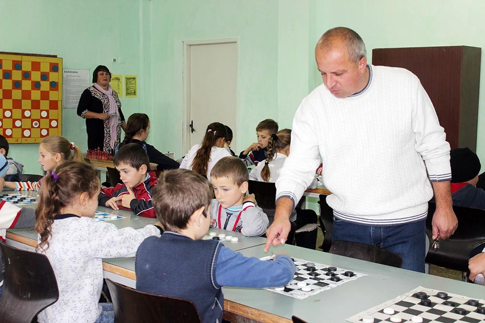 Antrenorul Igor Rotaru cu elevii săi