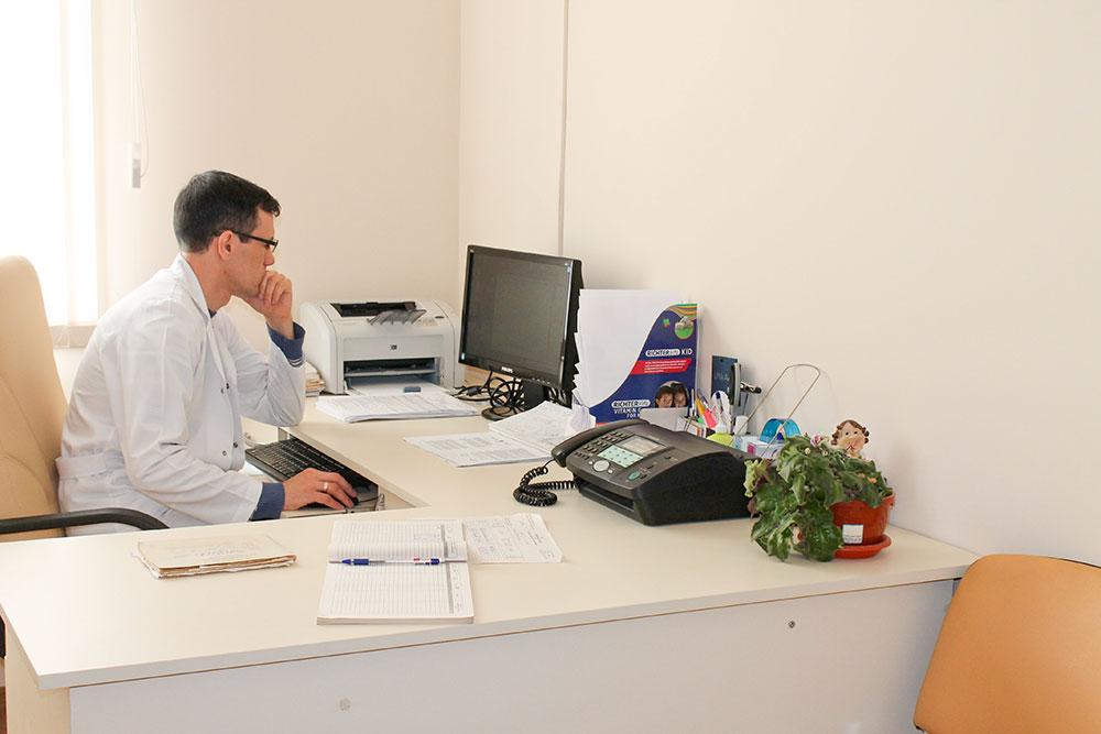 Şeful OMF Cocieri verifică lista pacienţilor înscrişi pentru consultaţii medicale