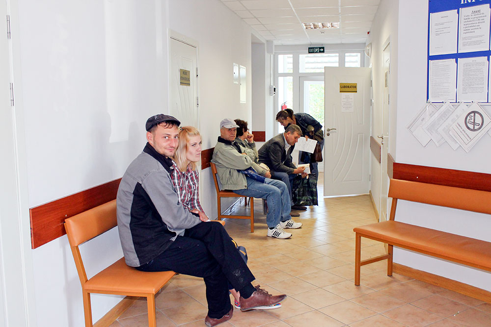 Pacienţii îşi aşteaptă rândul pentru fi consultaţi de medici