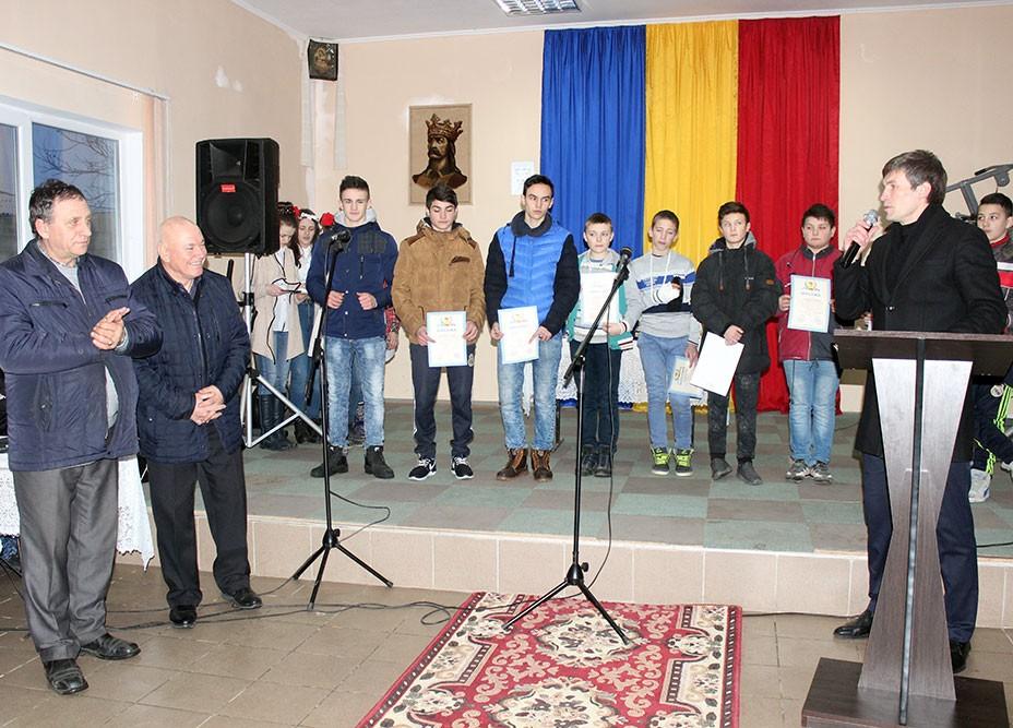 Mihai Burlacu, Sebastian Andriuţă şi Alexandru Golban alături deun grup de premianţi
