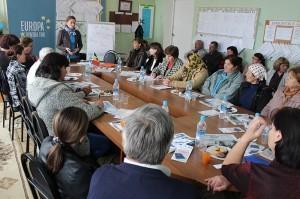 Mariana Rufa, directorul executiv al Asociaţiei Business-ului European la discuţie cu cetăţenii din Teşcureni.