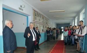 """Academiceanul Valeriu Matei împreună cu elevii de la liceul """"Mihai Eminescu"""" or. Ungheni"""