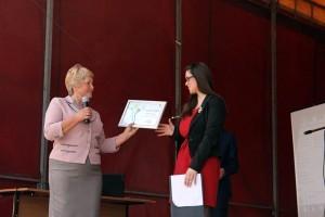 Tatiana Lazăr înmânează diploma de menţiune Stelei Mazuru