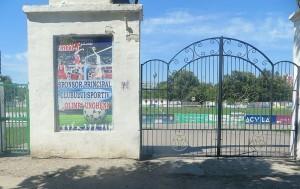 Poarta închisă a stadionului din oraşul Ungheni