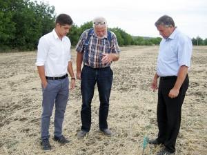 Wim van Wesemael (centru) explică care este procedura corectă de lucrare a pământului