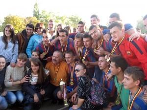 Echipa Colegiului de Medicină, campioana turneului, împreună cu suporterii