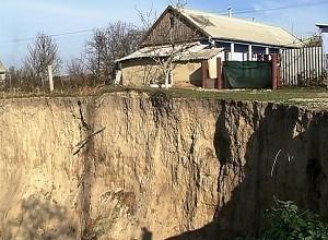 """Acum doi ani, râpa din comuna Goteşti risca """"să înghită"""" mai multe case situate în apropiere. Sursa: www.protv.md"""