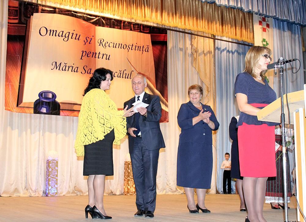 """Lucia Gavriliuc, directoarea grădiniței """"Steluța"""" primește diploma."""